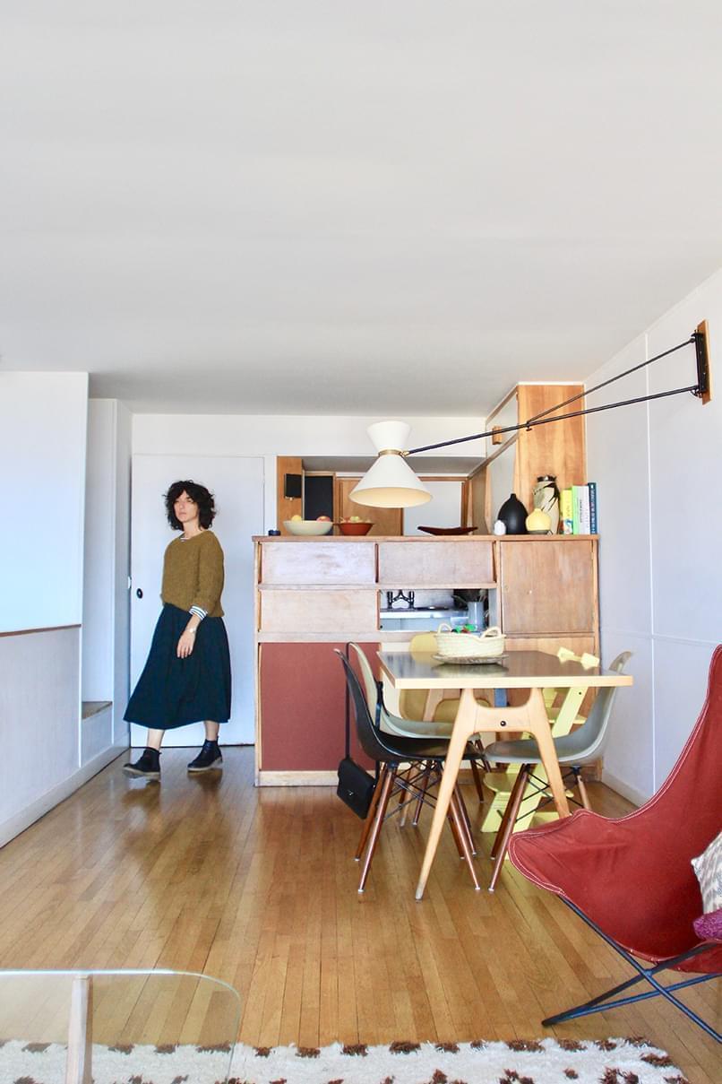 Amélie Nicolas dans sa cuisine Le Corbusier