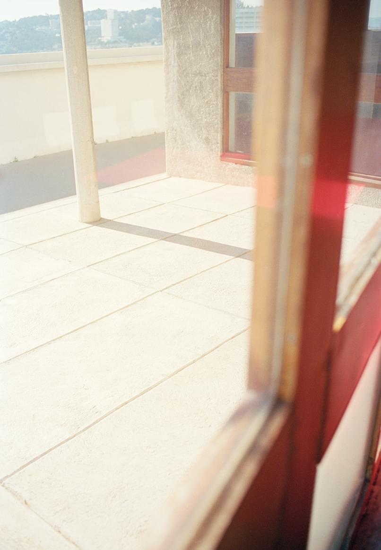 Vue sur une terrasse à travers une vitre