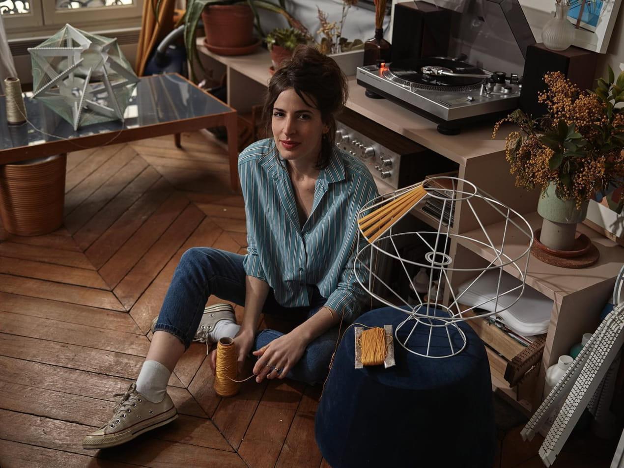 Julie Lansom dans son salon créant une lampe