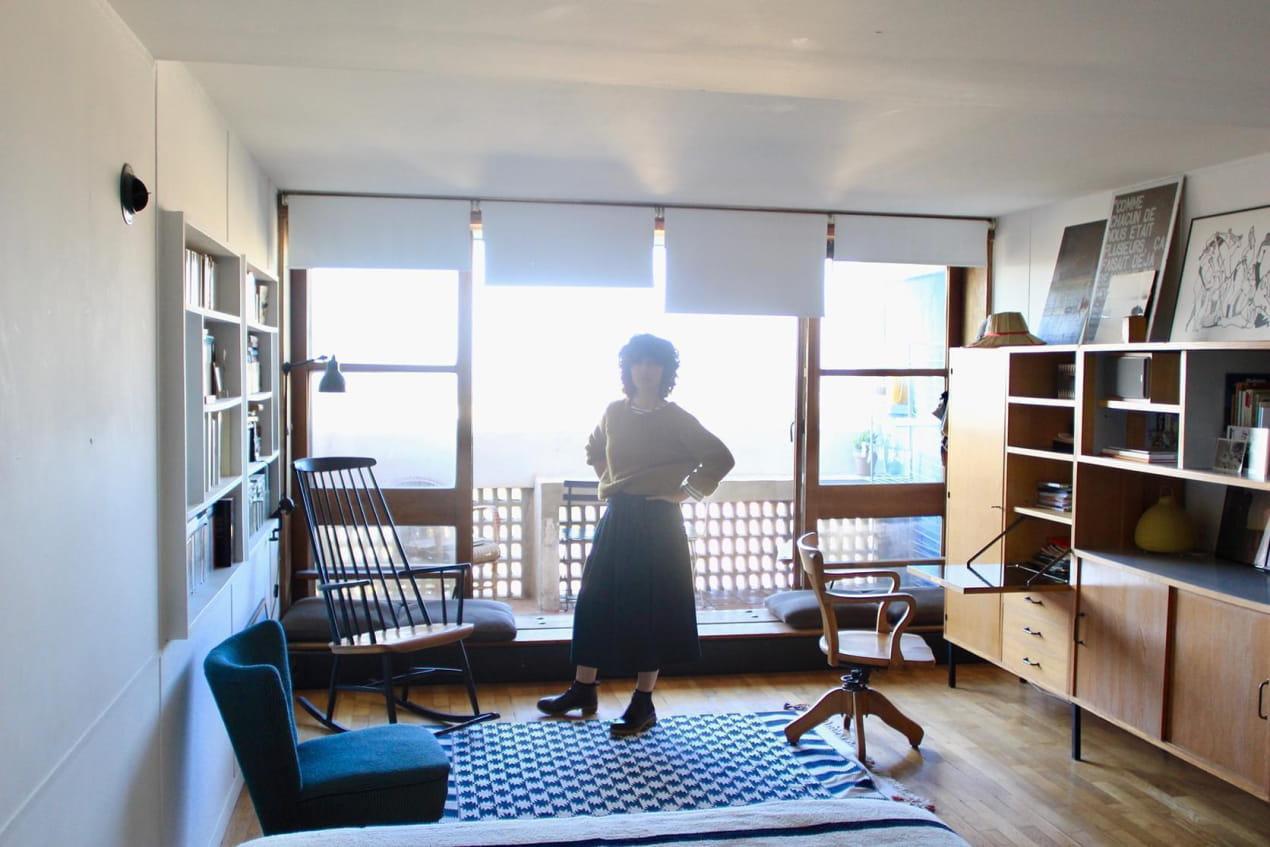 Amélie Nicolas dans son appartement Le Corbusier