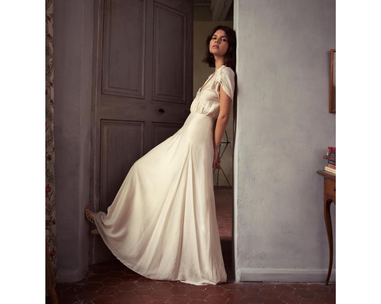 femme-debout-adossée-mur-robe-blanche-longue