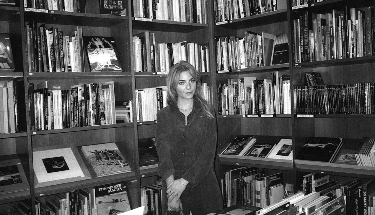 Margaux Avril dans une librairie porte la combinaison Setagaya de Sessùn