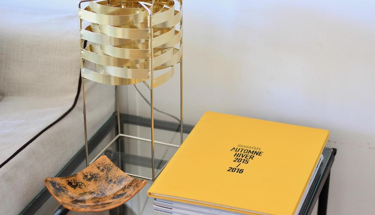 Table avec lampe de designer et Editos Sessùn