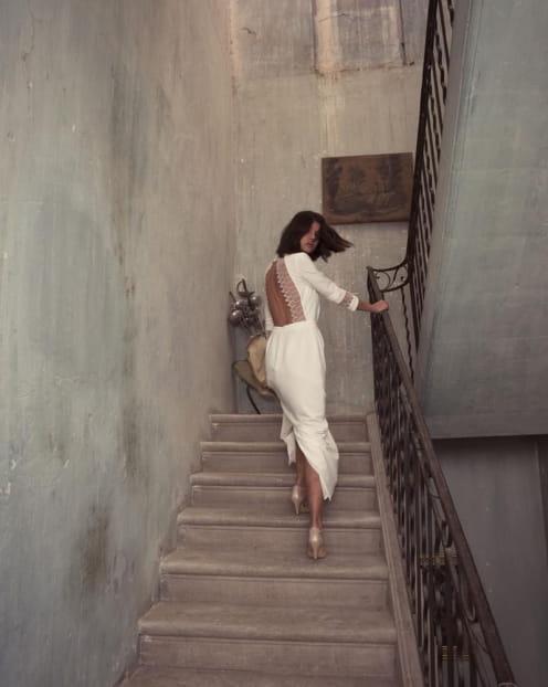 femme-monter-marches-escaliers-robe-blanche-longue