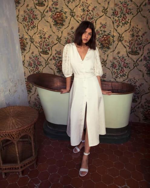 femme-robe-mi-longue-blanche-salle-de-bain-ines-oui