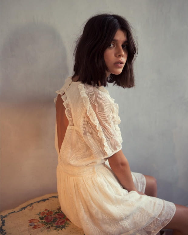 femme-robe-blanche-assise