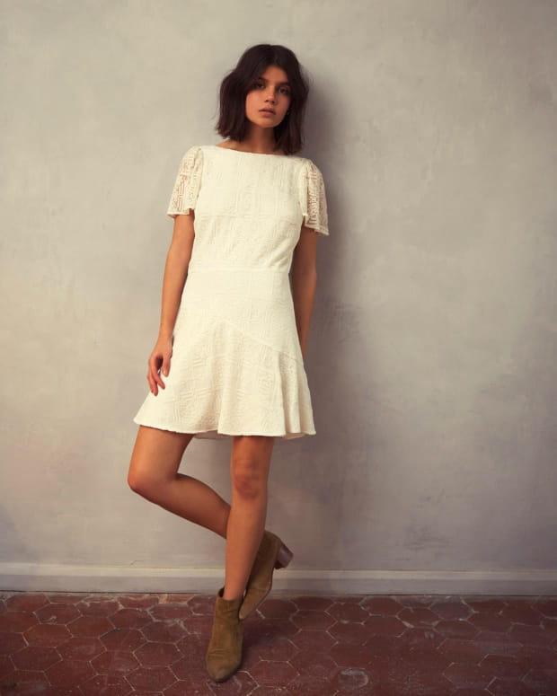 femme-mur-robe-blanche-santa-maria