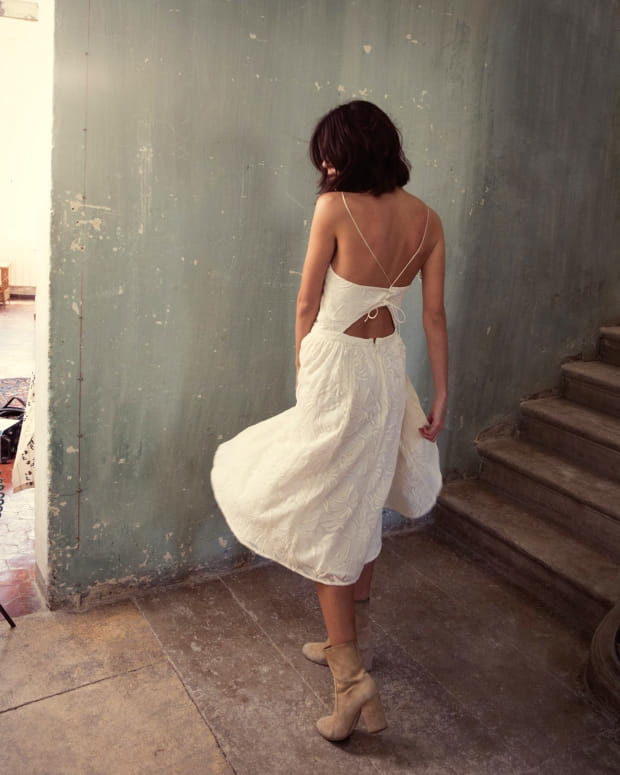 femme-dos-nu-robe-blanche-volante-love-night