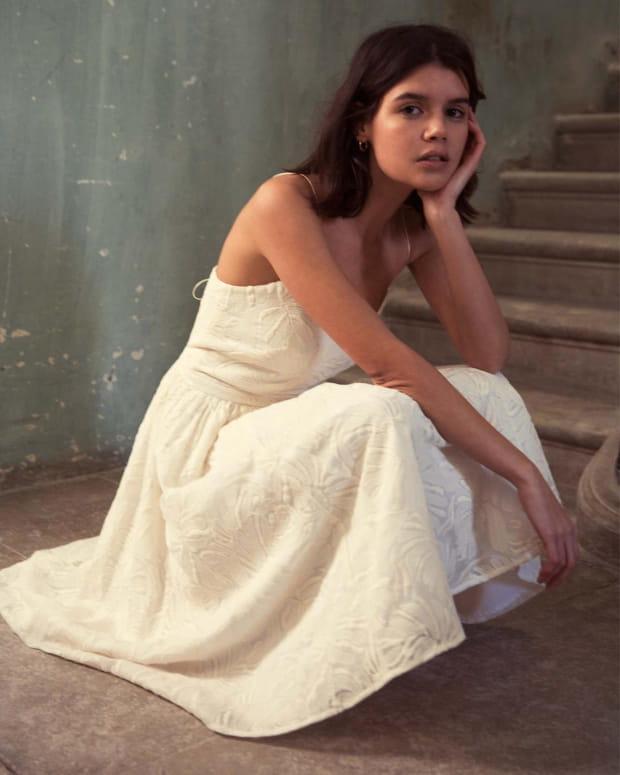 femme-accroupie-robe-blanche-longue-love-night