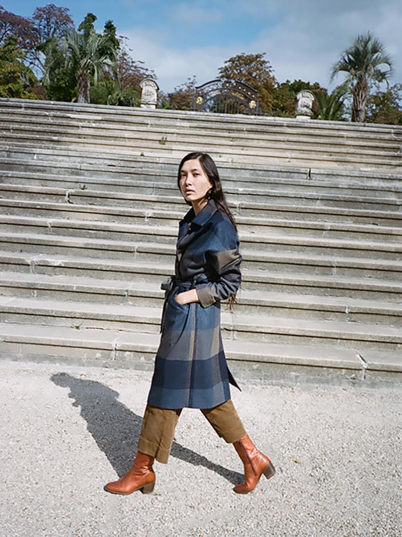 Noémie Ferst en manteau Hooper Bay, pantalon Hudson Street et chaussure Ludd Sessùn